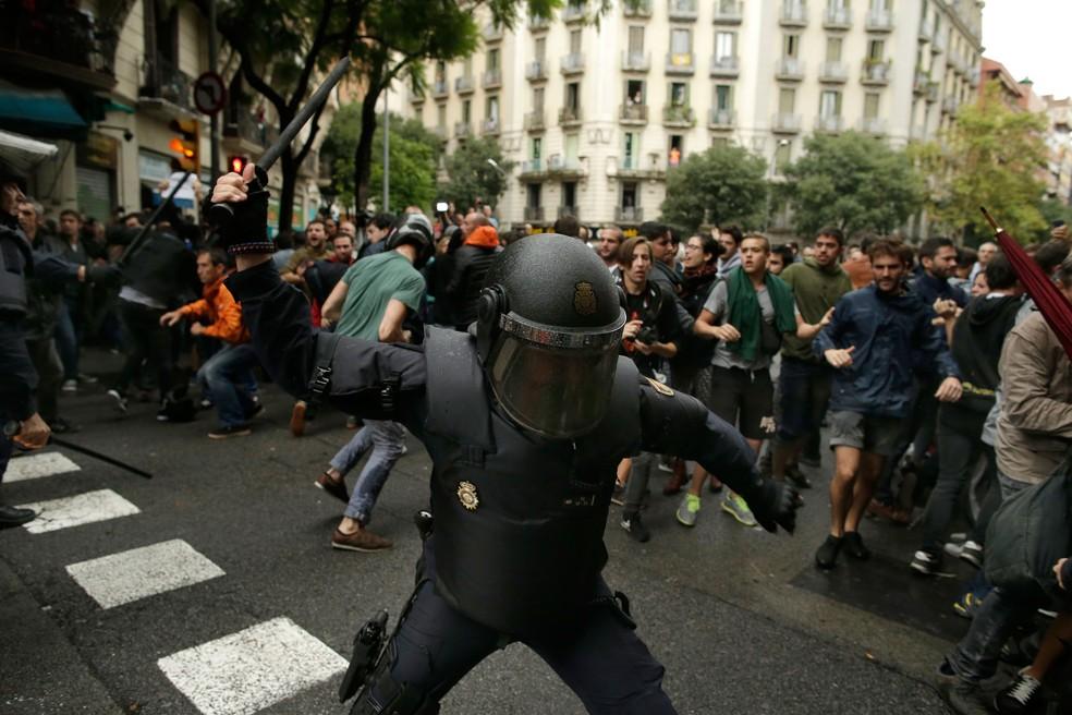 Polícia espanhola tenta impedir votação em Barcelona de referendo para decidir sobre independência da Catalunha (Foto: Manu Fernandez/AP)