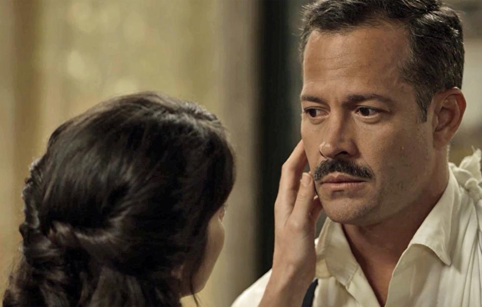 O Coronel está inseguro sobre o que Mariana sente, mas não consegue mais resistir  (Foto: TV Globo)