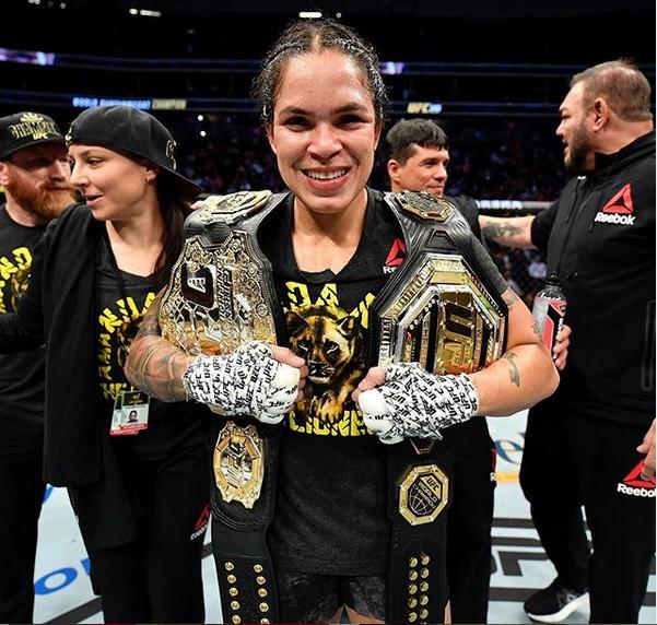 A brasileira Amanda Nunes com seus dois cinturões do UFC (Foto: Instagram)