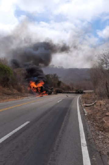 Carreta capota e pega fogo em rodovia no interior do Ceará