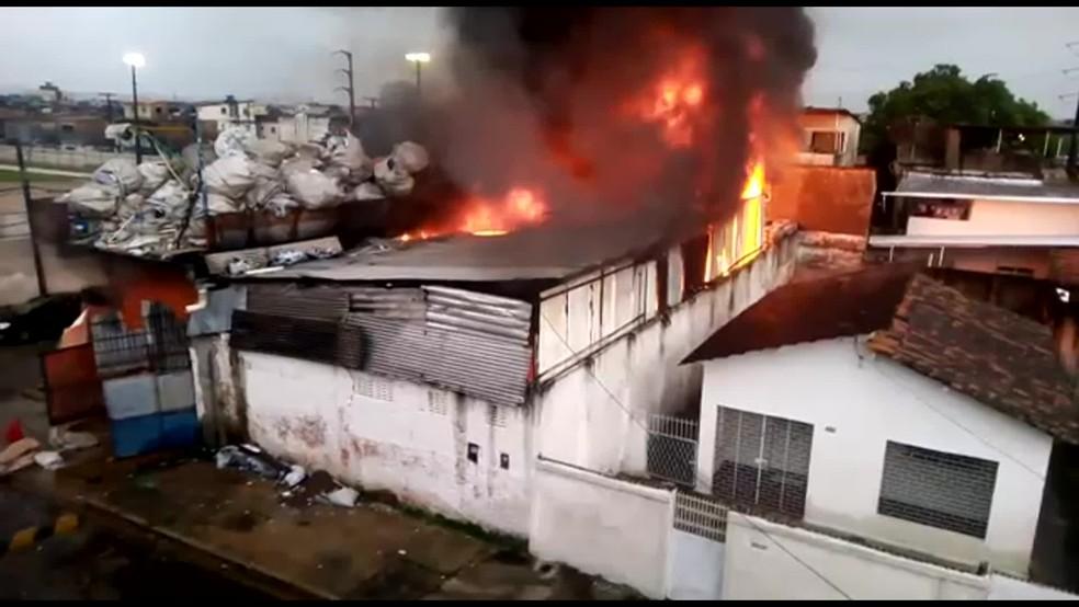 Incêndio atingiu depósito de material reciclável no bairro da Mustardinha, no Recife, nesta terça-feira (4) — Foto: Reprodução/WhatsApp