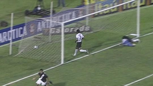 """Herói da última vitória do Vasco sobre o Corinthians fora, Alan Kardec recorda: """"Jogo especial"""""""
