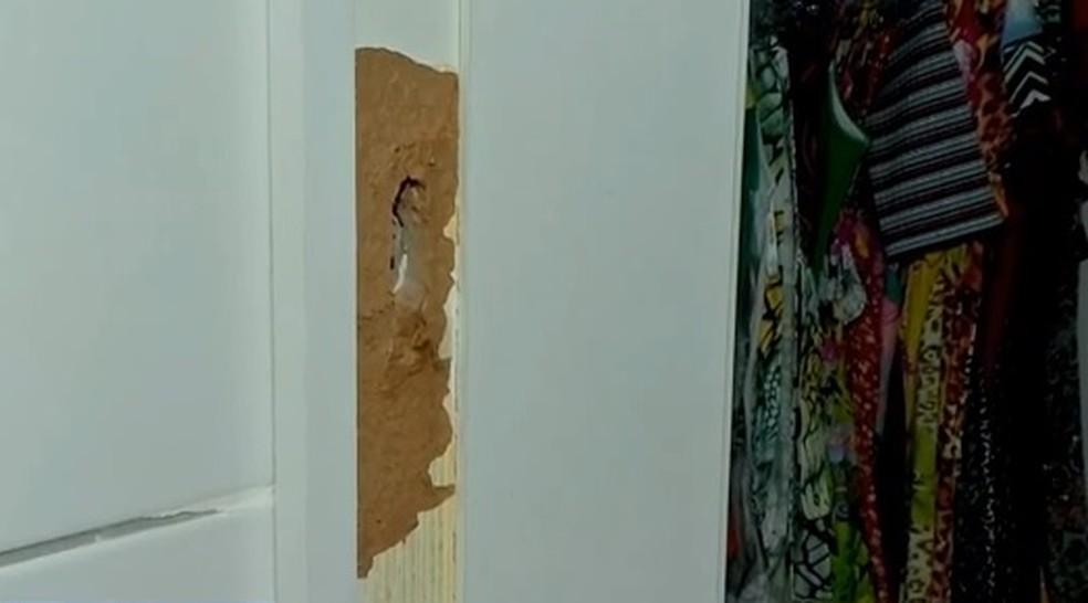 Imagem exclusiva mostra porta arrombada de closet onde Jamile se trancou antes de sofrer um disparo no peito — Foto: TVM/Reprodução