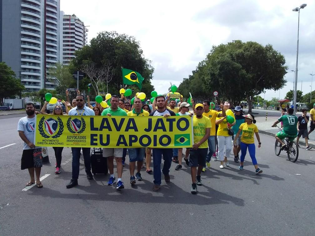 Manifestantes se reúnem em ato a favor da Lava Jato e o STF em Manaus neste domingo (17) — Foto: Meike Farias/Rede Amazônica