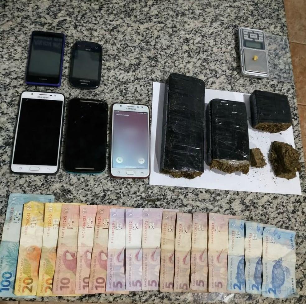 Celulares, dinheiro e porções de drogas foram apreendidos — Foto: Polícia Militar/Divulgação