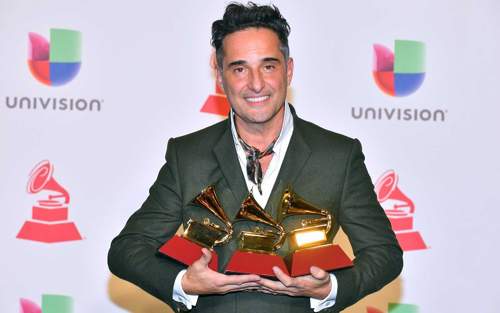 Jorge Drexler com as estatuetas que ganhou no Grammy Latino 2018 — Foto: Sam Wasson / Getty Images / AFP Photo