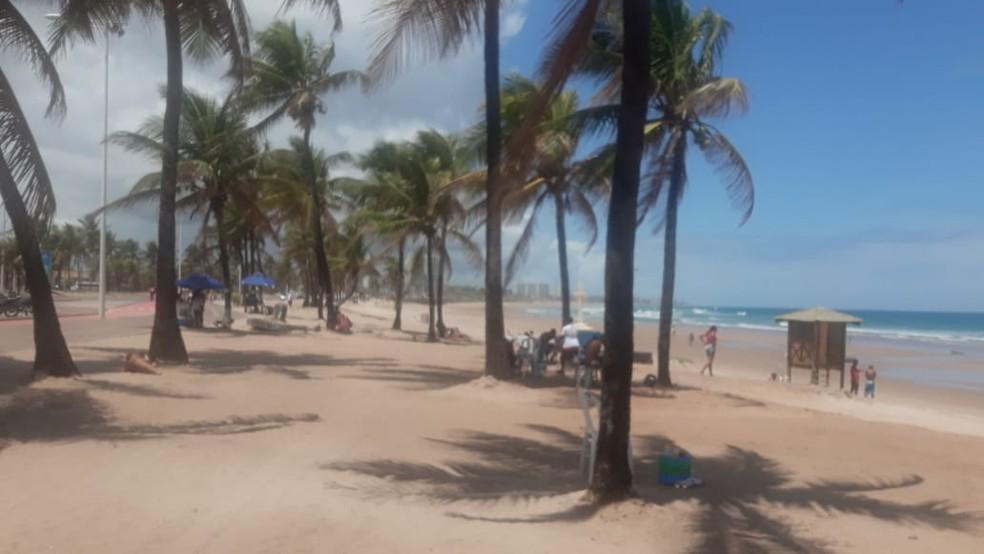 Praia de Piatã, em Salvador, na manhã desta segunda-feira — Foto: Andrea Silva/TV Bahia