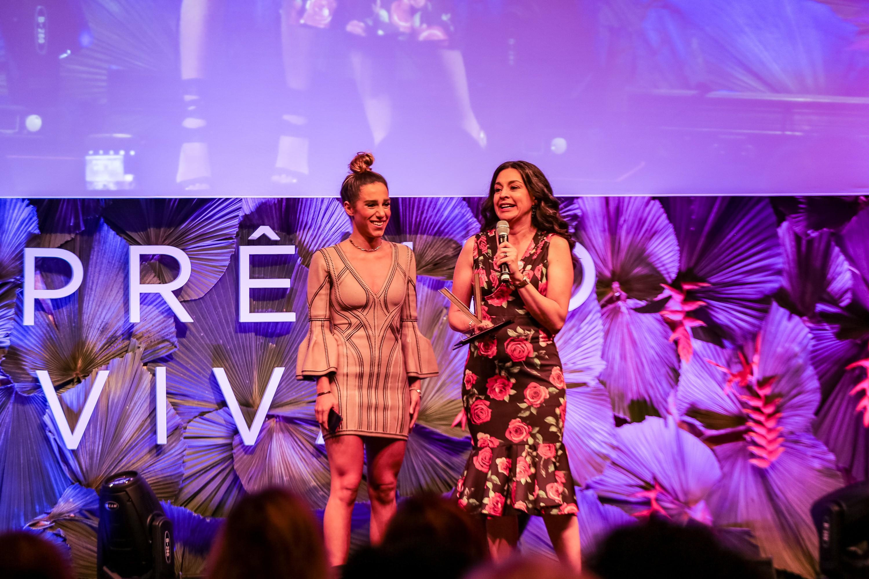 Camila Zarzur, filha Gabriela Manssur, e Aline Cardoso, que recebe o Prêmio Viva  (Foto: Alexandre DiPaula)