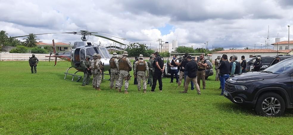 Policiais civis e militares usam drones e aeronaves da Cioper em busca por suspeito de matar escrivão em delegacia na cidade de Tauá. — Foto: SSPDS/ Divulgação