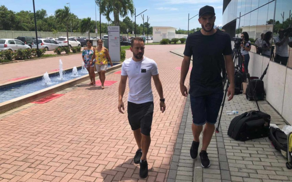 Os jogadores Everton Ribeiro e Rodolfo chegam juntos para visitar Cauan no hospital — Foto: Carlos Brito/G1