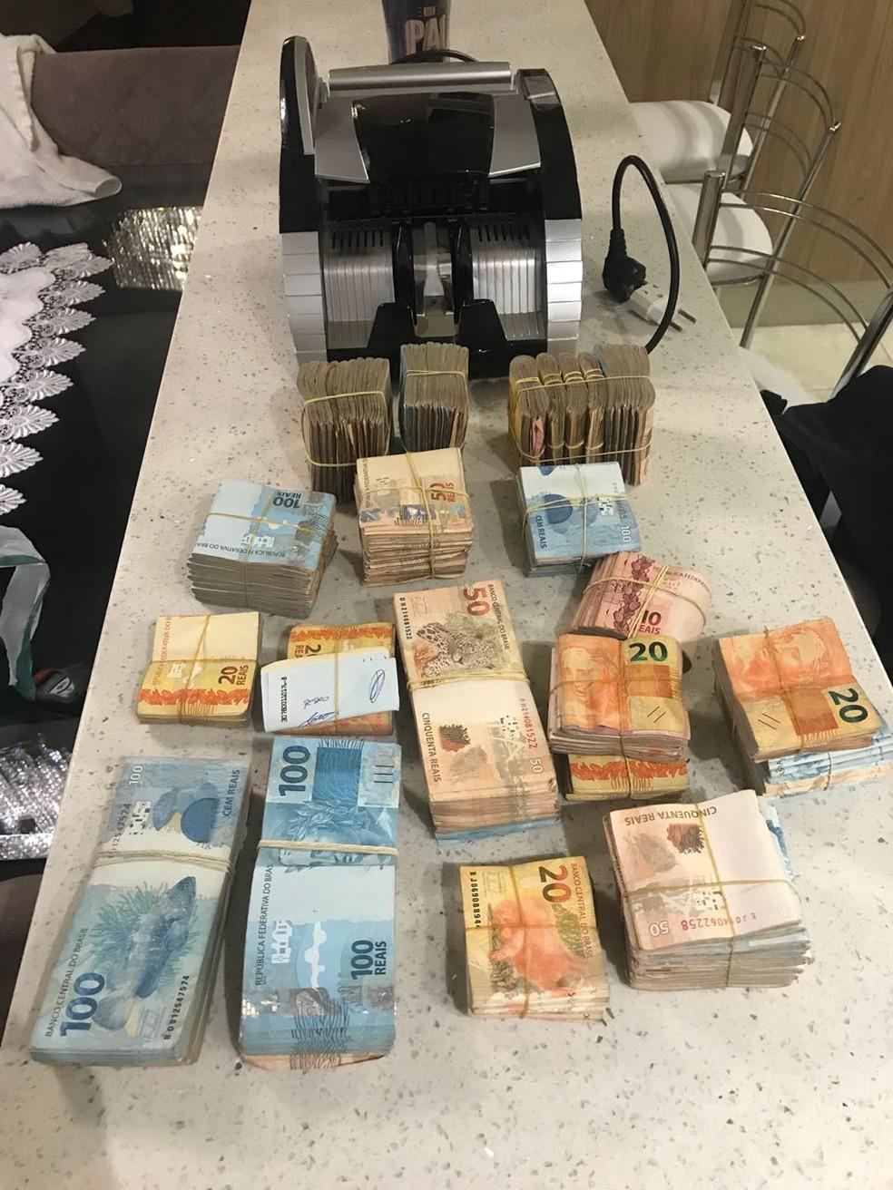 PF também recolheu dinheiro de suspeito em São José (Foto: PF/Divulgação)