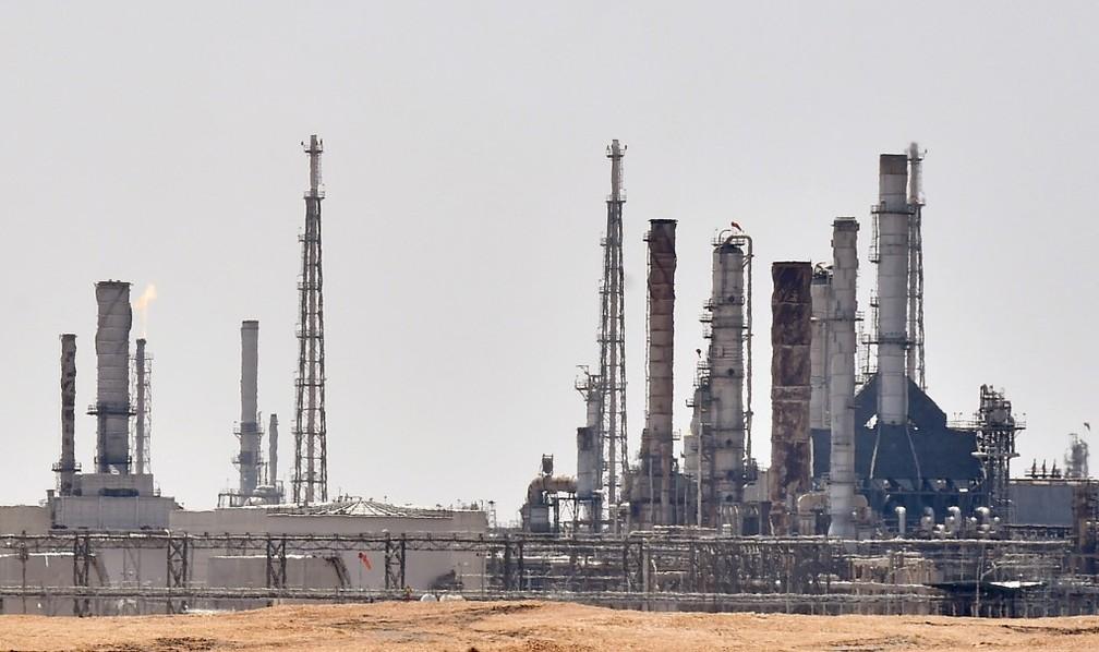 Foto mostra instalação de petróleo de Aramco, perto da área de al-Khurj, ao sul da capital saudita Riad, neste domingo (15) — Foto: Fayez Nureldine/AFP