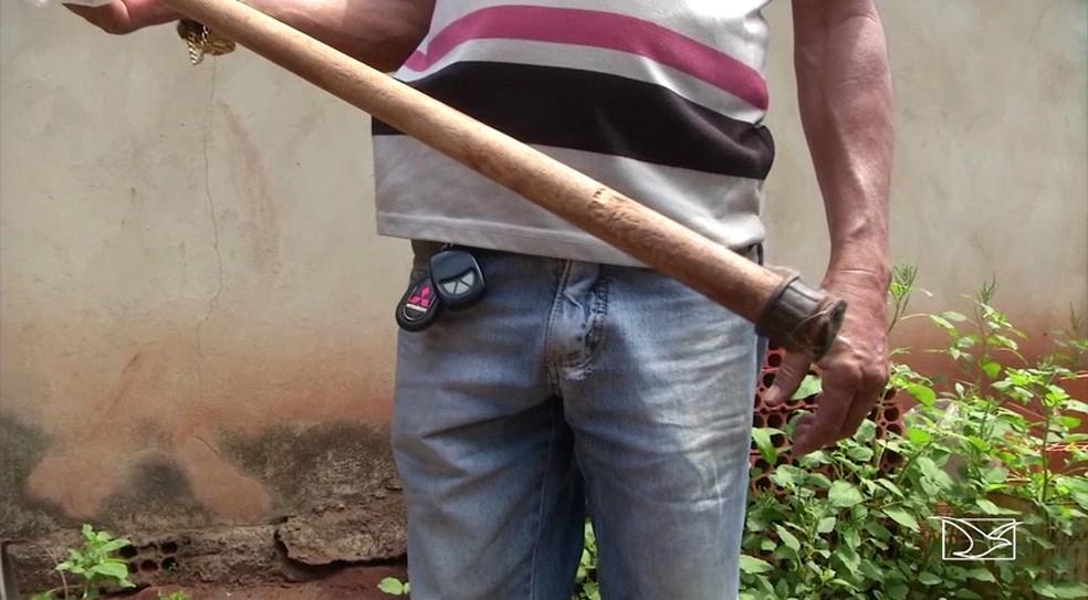 Bastão encontrado pela polícia e que pode ter sido usado no assassinato da idosa de 106 anos em Feira Nova do Maranhão — Foto: Reprodução/TV Mirante
