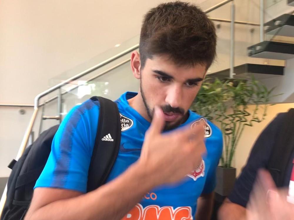 Bruno Méndez chega, veste a camisa e realiza exames no Timão