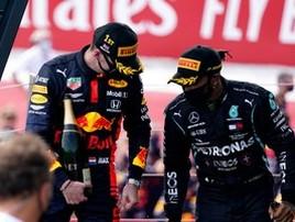 Hamilton pega troféu de Verstappen por engano em premiação (Will Oliver/Pool via Getty Images)