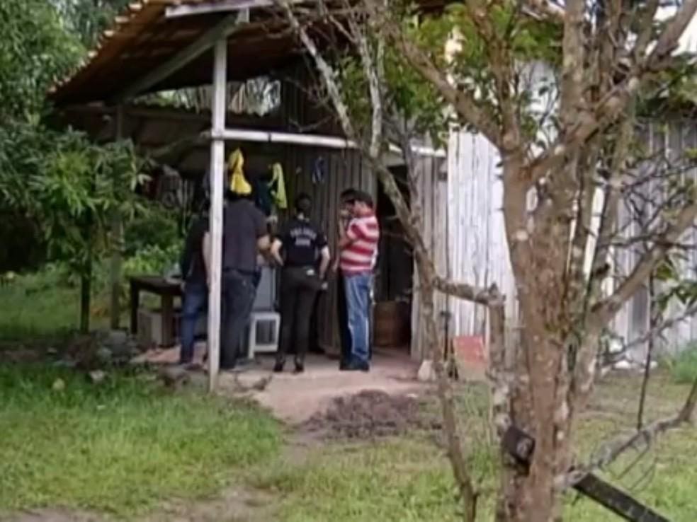 -  Policiais estiveram na casa da vítima, o local do crime, em Barcarena..  Foto: Reprodução/ TV Liberal