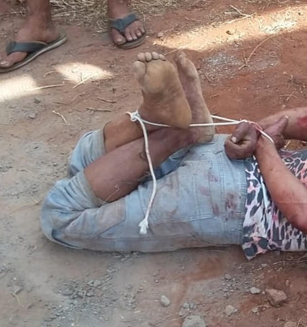 Homem é amarrado por vizinhos que impediram sequestro de criança em MS (Foto: Divulgação/Polícia Militar)