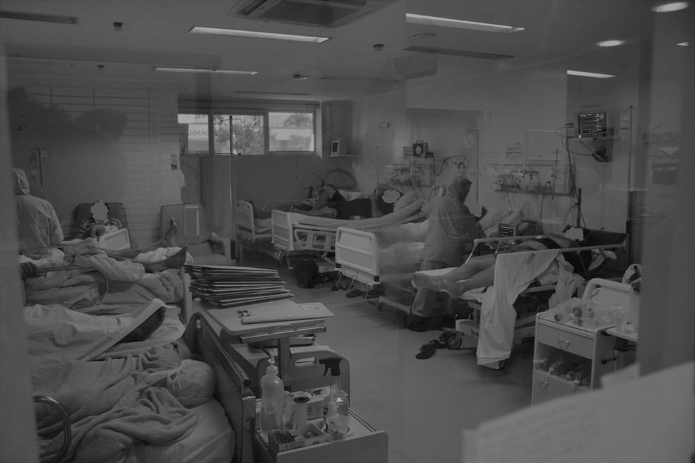 Pacientes na emergência do Hospital Regional São Paulo, em Xanxerê, aguardam leitos no final de fevereiro — Foto: Ana Lucietto/HRSP/Divulgação