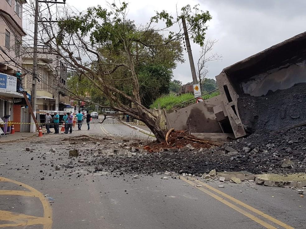 Trem derrubou moro da Rua Argentina, em Volta Redonda — Foto: Felipe Silva /TV Rio Sul