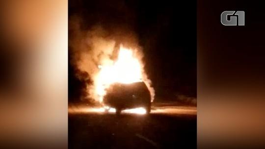 Vídeo mostra carro e moto em chamas na Tamoios em Paraibuna