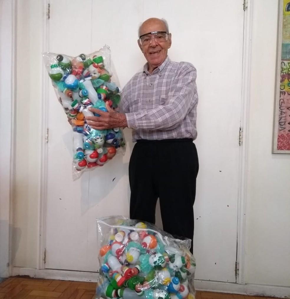 Idoso de 91 anos já fez cerca de mil palhacinhos para doação — Foto: Arquivo pessoal/Maura Regina de Carvalho