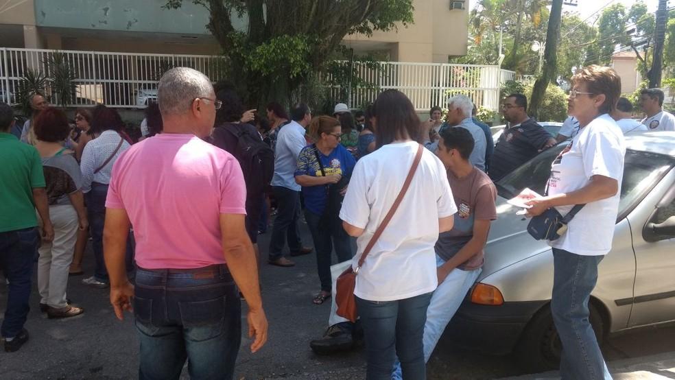 Grupo se reuniu nos portões da escola estadual em Santos, SP (Foto: André Silva/Arquivo Pessoal)