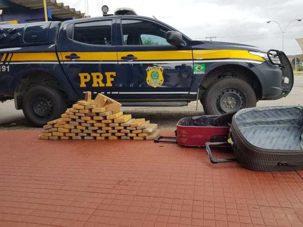 Mulher foi presa transportando 50 kg de maconha na Bahia  — Foto: Divulgação/PRF