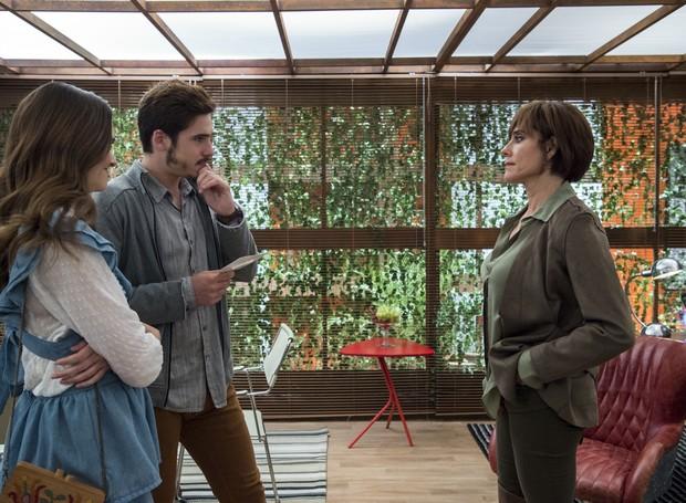 Capítulo 105 – Cena 15 – Carmen ( Christiane Torloni ) entrega a Samuca ( Nicolas Prattes ) a foto que guardou de Livaldo. Marocas ( Juliana Paiva ) ali. (Foto: Globo / Estevam Avellar)