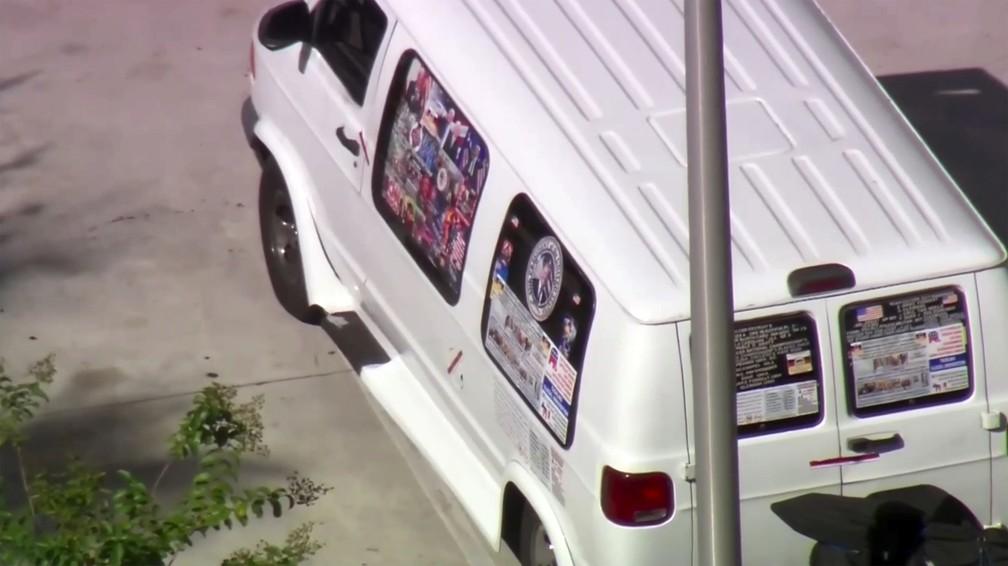 Imagem reproduzida da transmissão da emissora WPLG-TV mostra uma van estacionada em Plantation, na Flórida, nesta sexta-feira (26), que agentes federais e policiais guincharam durante a investigação dos pacotes explosivos que foram enviados a políticos e personalidades democratas — Foto: AP/WPLG-TV