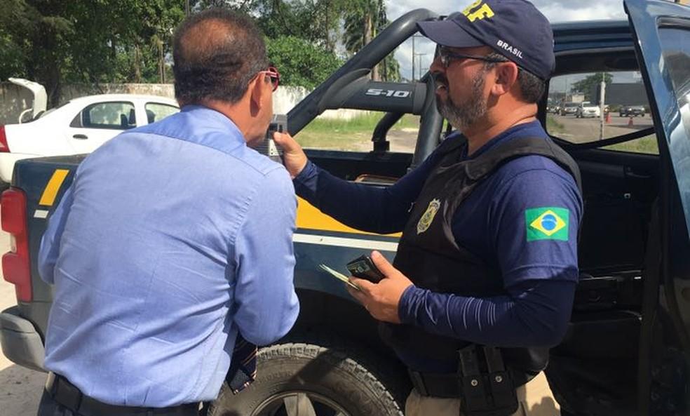 Agentes da PRF realziaram 1.847 testes de bafômetros durante a 'Operação Finados', nas estradas federais que cortam Pernambuco (Foto: PRF/Divulgação)