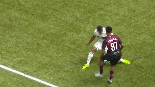 Diego Alves mostra habilidade e disputa lance mais bonito com Arnaldo e Fabrício