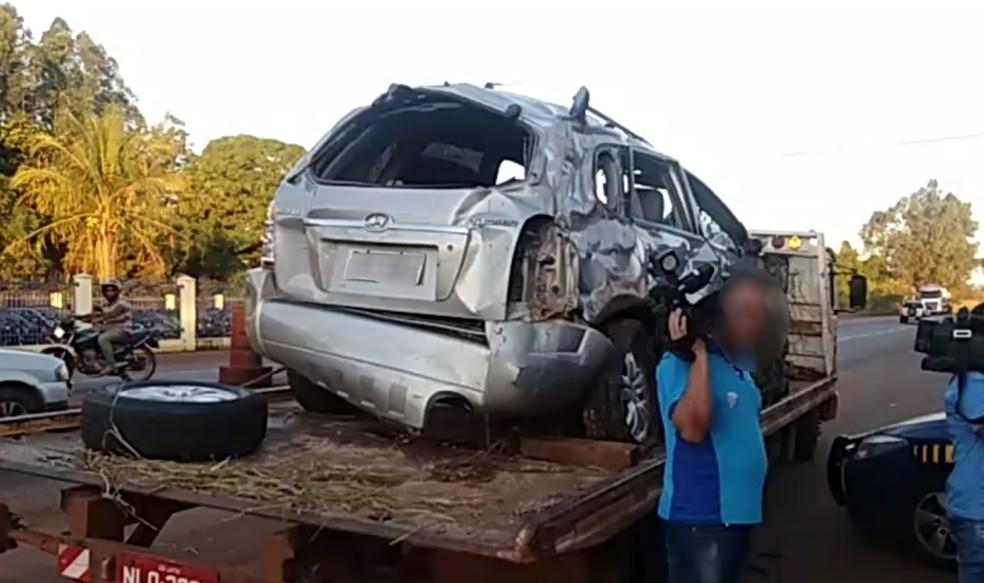 Carro ficou completamente destruído após capotar, em Jataí (Foto: PRF/Divulgação)