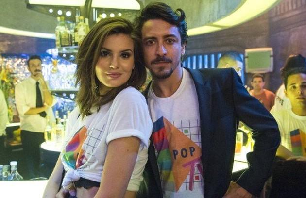 Jerônimo (Jesuíta Barbosa) surgirá com uma nova namorada no último capítulo de 'Verão 90', mas quando Vanessa (Camila Queiroz) reparecer ele voltará para a pilantra (Foto:  Estevam Avellar/ TV Globo)