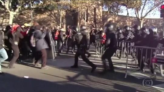 Protestos de separatistas catalães têm presos e feridos em Barcelona