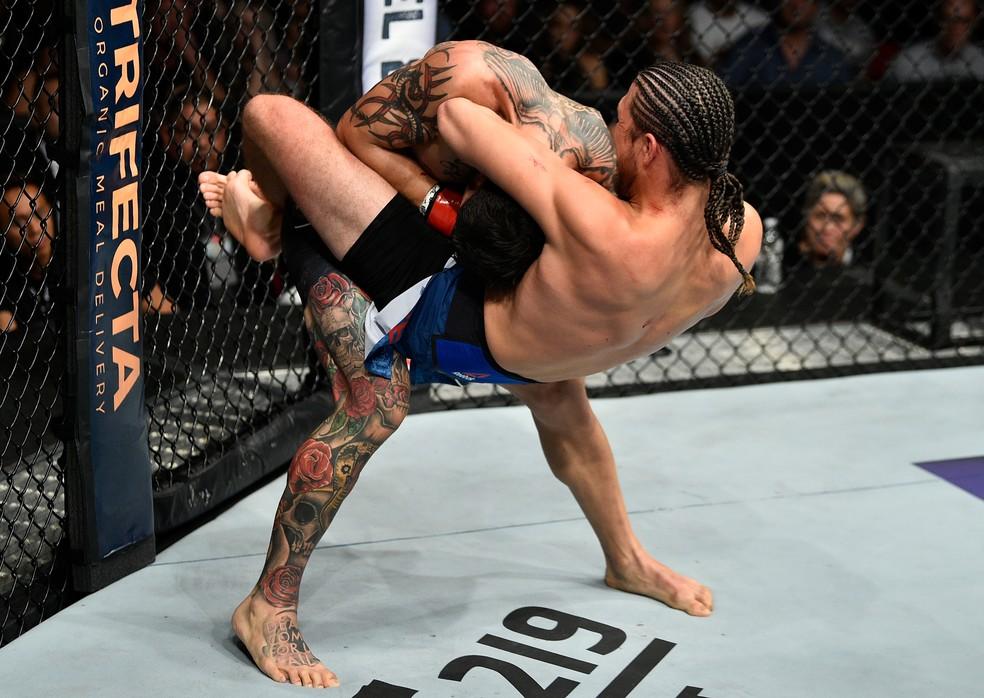 Brian Ortega encaixa guilhotina que lhe rendeu a vitória sobre Cub Swanson na luta principal do UFC Fresno (Foto: Getty Images)