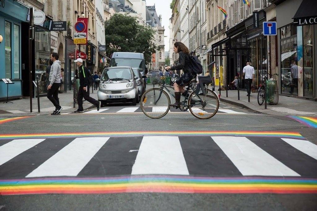 Novas fixas coloridas permanentes nas ruas de Paris (Foto: Anne_Hidalgo/Reprodução/Twitter)