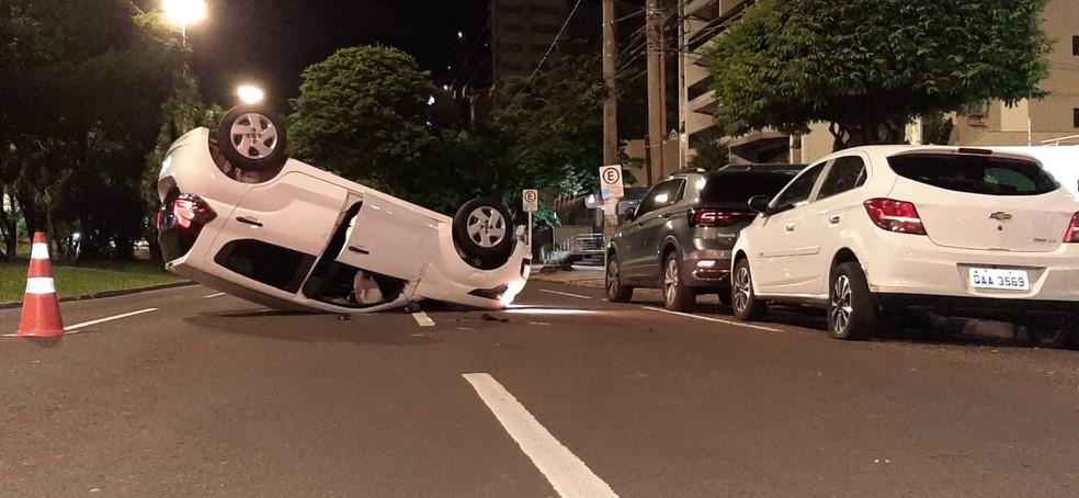 Carro bate em dois veículos estacionados e capota na principal avenida de Campo Grande. — Foto: Flávio Dias/G1 MS