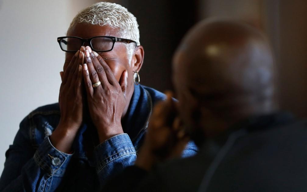Valencia Warren-Gibbs chora em seu primeiro encontro com Bobby Hines, em 1º de outubro, em Detroit (Foto: AP Photo/Paul Sancya)