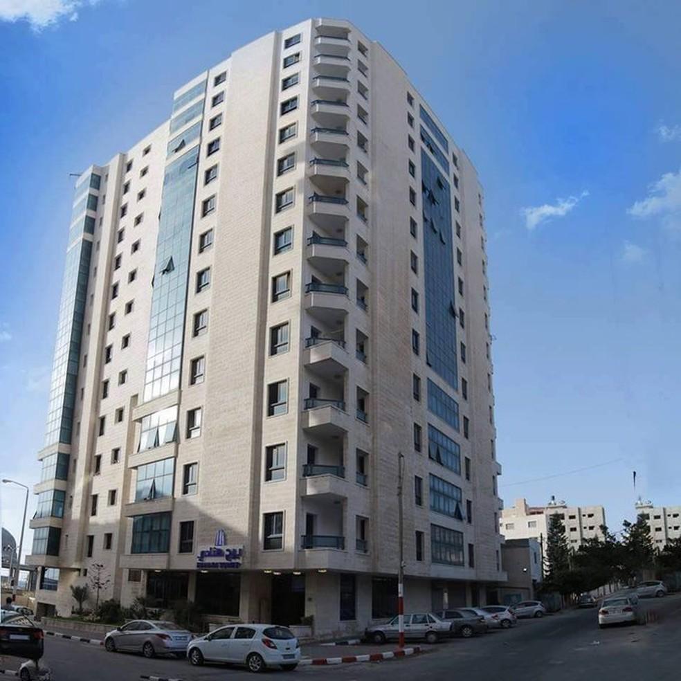 Prédio de 13 andares na Faixa de Gaza que, segundo palestinos, foi destruído em ataque israelense — Foto: Palestine in the UK/Reprodução/Twitter