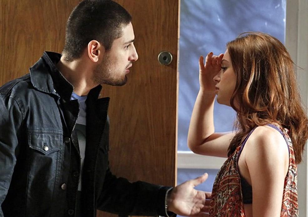 Maria Isis (Marina Ruy Barbosa) insiste para João Lucas (Daniel Rocha) ir embora - 'Império' — Foto: Fábio Rocha/Globo