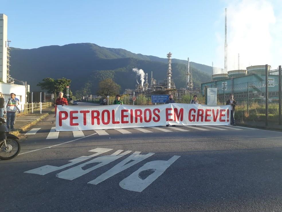 Petroleiros durante paralisação nesta quarta-feira (30), em frente à refinaria em Cubatão, SP. (Foto: Nina Barbosa/G1)