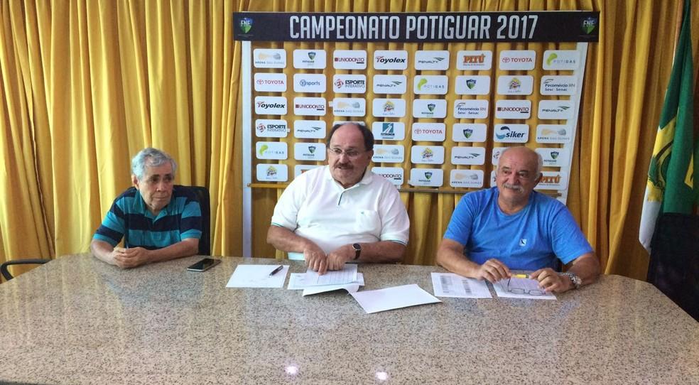 José Vanildo divulga tabela em reunião do conselho técnico do estadual (Foto: Augusto Gomes/GloboEsporte.com)