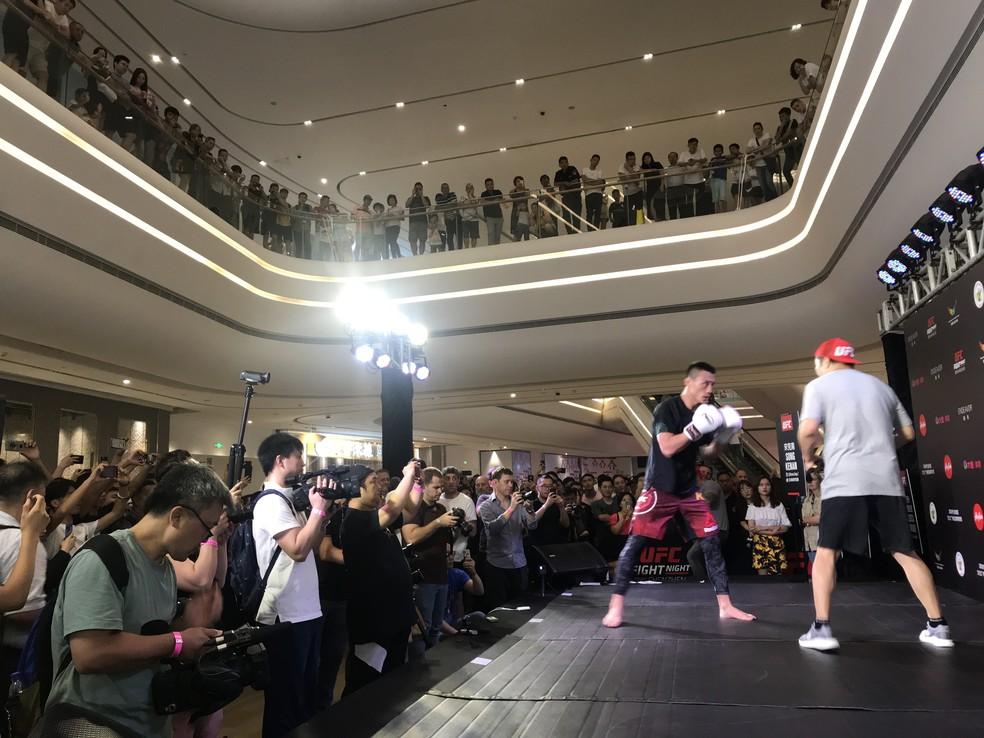 Treino aberto do UFC em um shopping center em Shenzhen atraiu muitos fãs — Foto: Thierry Gozzer