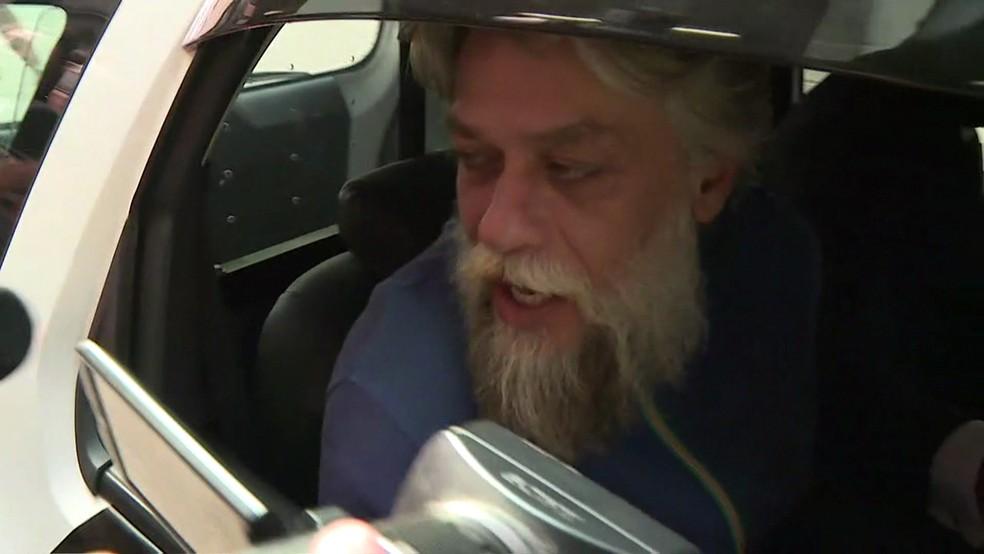 Fábio Assunção no veículo da PM no qual foi levado para o Instituto Médico Legal (Foto: David Irikura/TV Globo)