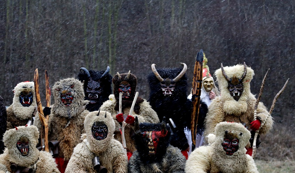 Jovens vestidos como demônios são vistos na vila de Valasska Polanka durante um desfile tradicional de São Nicolau, perto da cidade de Vsetin, na República Tcheca — Foto: David W Cerny/Reuters