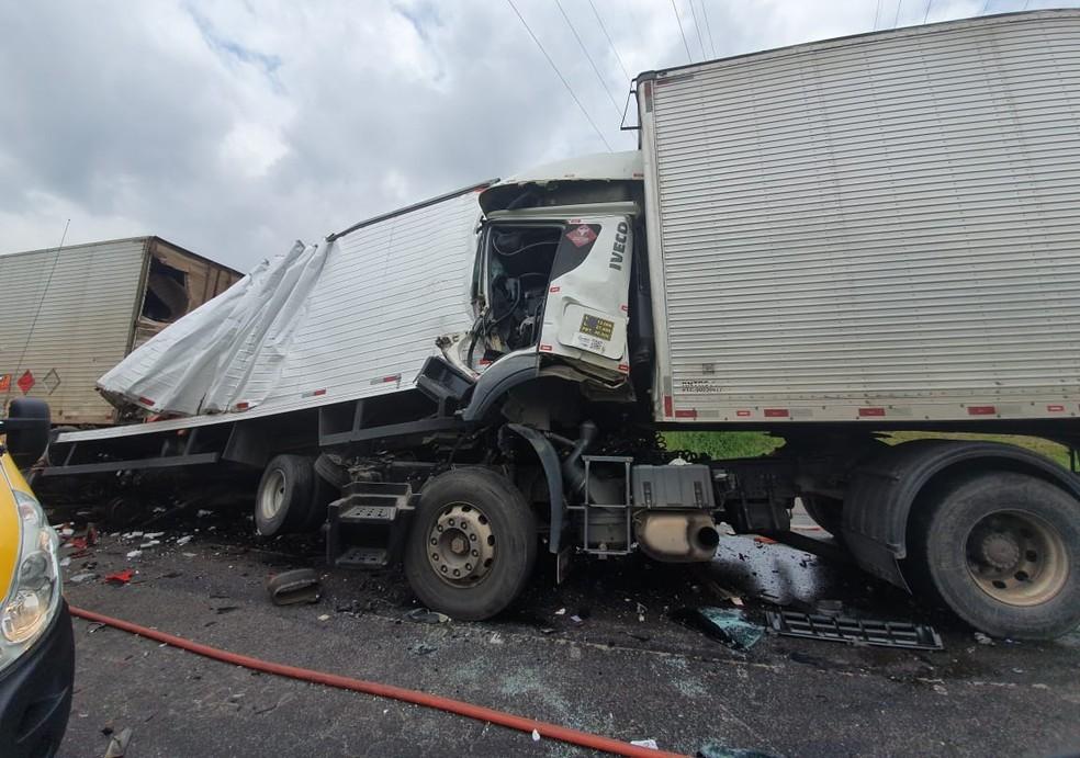 Quatro caminhões e um carro bateram, na manhã desta terça-feira (10), na BR-116  Foto: Vanessa Rumor/RPC