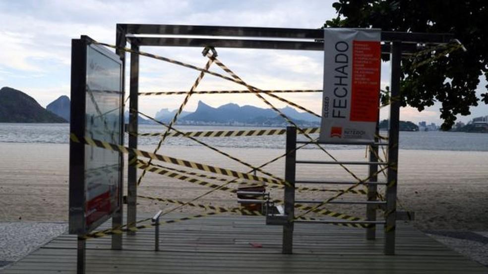 Equipamento de ginástica interditado em Niterói por conta do coronavírus; consultores sugerem que pessoas 'simulem' rotina dos finais de semana no novo contexto, fazendo exercícios nos mesmos dias por exemplo — Foto: Pilar Olivares/Reuters