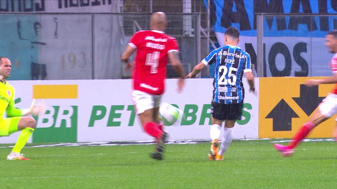 Gol do Grêmio! Pepê tabela, sai na cara do gol e dá lindo toque por cima de Lomba, aos 7' do 2T