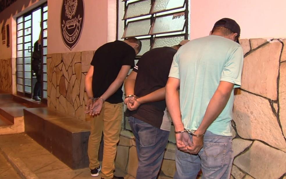 Homens foram presos em flagrante, em Aparecida de Goiânia (Foto: Reprodução/TV Anhanguera)