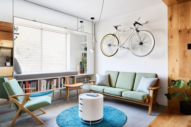 Décor do dia: madeira e tons claros na sala de estar (Foto: Tess Kelly/Divulgação)